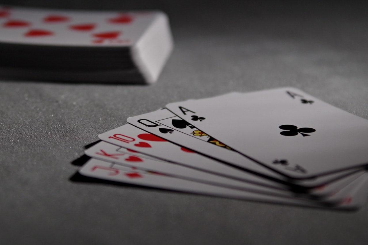 Jak grać w makao? Początek i rozdawanie kart.